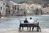 - Sicilia, turisti nella città di Cefalù<br />
