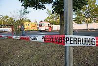 """Nach den pogromartigen Ausschreitungen gegen eine Fluechtlinsunterkunft im saechschen Heidenau am Freitag den 21. August 2015 durch Anwohnerinnen der Ortschaft, kamen am Samstag de 22. August 2015 ca. 250 Menschen in die Ortschaft um ihre Solidaritaet mit den Gefluechteten zu zeigen.<br /> Am Vorabend hatten Rassisten, Nazis und Hooligans sich zum Teil Strassenschlachten mit der Polizei geliefert um zu verhindern, dass Fluechtlinge in einen umgebauten Baumarkt einziehen. Ueber 30 Polizisten wurden dabei verletzt.<br /> Bis in die Abendstunden des 22. August blieb es trotz spuerbarer Anspannung um die Unterkunft ruhig. Im Laufe des Tages wurden immer wieder Gefluechtete mit Reisebussen gebracht was von den wartenenden eidenauern mit Buh-Rufen begleitet wurde. Vereinzelt wurde auch """"Sieg Heil"""" gerufen, was die Polizei jedoch nicht verfolgte.<br /> Im Bild: Eine Polizeiabsperrung vor der Fluechtlingsunterkunft.<br /> 22.8.2015, Heidenau<br /> Copyright: Christian-Ditsch.de<br /> [Inhaltsveraendernde Manipulation des Fotos nur nach ausdruecklicher Genehmigung des Fotografen. Vereinbarungen ueber Abtretung von Persoenlichkeitsrechten/Model Release der abgebildeten Person/Personen liegen nicht vor. NO MODEL RELEASE! Nur fuer Redaktionelle Zwecke. Don't publish without copyright Christian-Ditsch.de, Veroeffentlichung nur mit Fotografennennung, sowie gegen Honorar, MwSt. und Beleg. Konto: I N G - D i B a, IBAN DE58500105175400192269, BIC INGDDEFFXXX, Kontakt: post@christian-ditsch.de<br /> Bei der Bearbeitung der Dateiinformationen darf die Urheberkennzeichnung in den EXIF- und IPTC-Daten nicht entfernt werden, diese sind in digitalen Medien nach §95c UrhG rechtlich geschuetzt. Der Urhebervermerk wird gemaess §13 UrhG verlangt.]"""