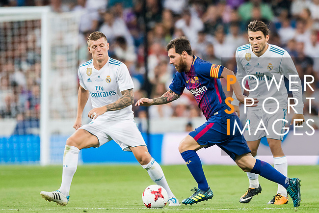 Lionel Andres Messi (c) of FC Barcelona is tackled by Toni Kroos (l) of Real Madrid during their Supercopa de Espana Final 2nd Leg match between Real Madrid and FC Barcelona at the Estadio Santiago Bernabeu on 16 August 2017 in Madrid, Spain. Photo by Diego Gonzalez Souto / Power Sport Images