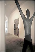 """Michelangelo Pistoletto artista, fondatore negli anni '60 del movimento dell'arte povera, famoso per i suoi quadri su superfici specchianti ha creato a Biella, in un ex lanificio abbandonato, la """"Città dell'arte"""" luogo di ritrovo, scambio di conoscenze e formazione di artisti internazionali. L'arte per la trasformazione sociale"""