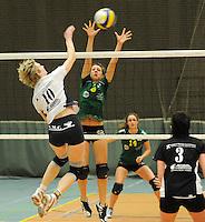 Optima Lendelede - Hermes Oostende ..Sophie Huyghelier  (midden) probeert de smash van Isabelle Meheus (links) af te blokken..foto VDB / BART VANDENBROUCKE