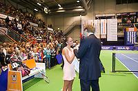 17-12-11, Netherlands, Rotterdam, Topsportcentrum, Speaker Robert Reimering interviewd winnares Lesley Kerkhove