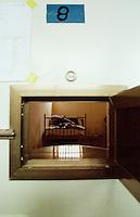Das Militaergefaengnis der deutschen KFOR-Truppen in Prizren.<br /> Hier: Ein Gefangener in Zelle 8.<br /> Prizren/Jugoslawien, 1.8.1999<br /> Copyright: Christian-Ditsch.de<br /> [Inhaltsveraendernde Manipulation des Fotos nur nach ausdruecklicher Genehmigung des Fotografen. Vereinbarungen ueber Abtretung von Persoenlichkeitsrechten/Model Release der abgebildeten Person/Personen liegen nicht vor. NO MODEL RELEASE! Don't publish without copyright Christian-Ditsch.de, Veroeffentlichung nur mit Fotografennennung, sowie gegen Honorar, MwSt. und Beleg. Konto: I N G - D i B a, IBAN DE58500105175400192269, BIC INGDDEFFXXX, Kontakt: post@christian-ditsch.de<br /> Urhebervermerk wird gemaess Paragraph 13 UHG verlangt.]