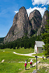 Italy, South Tyrol (Trentino - Alto Adige), Dolomites, near Selva di Val Gardena: Valley Langental (Vallunga) in Puez-Geisler Nature Park, a popular hiking area in summer, chapel Silvestro and South-East towers of Monte Stevia | Italien, Suedtirol (Trentino - Alto Adige), Dolomiten, bei Wolkenstein in Groeden: das Langental (Vallunga) im Naturpark Puez-Geisler, ein Wanderparadies im Sommer auch fuer Senioren, die Sylvesterkapelle vor den Suedosttuermen der Stevia (Monte Stevia)