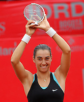 BOGOTA -COLOMBIA - 13-04-2014: Caroline Garcia de Francia, levanta el trofeo despues de vencer a Jelena Jankovic de Serbia en partido por la final de la Copa Open Claro Colsanitas 2014, durante partido en el Club Campestre El rancho de la ciudad de Bogota.  / Caroline Garcia of France raise the trophy after the victory against Jelena Jankovic in the final match of the Open Claro Colsanitas Tennis Cup 2014, in the Club Campestre El Rancho in Bogota cityPhoto: VizzorImage / Nestor Silva / Cont.