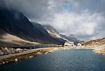 Schweiz, Graubuenden, der Flueelapass (2.383 m) verbindet Davos im Landwassertal mit Susch im Unterengadin, Flueela-Hospiz zwischen Schottensee und Schwarzsee | Switzerland, Graubuenden, Flueela passroad (2.383 m) connecting Davos and Susch at Lower Engadin, Schotten Lake and Schwarz Lake