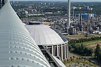 Germany, Hamburg, Vattenfall coal power station Moorburg, switched off in july 2021 as part of german coal exit / DEUTSCHLAND, Hamburg, Vattenfall Kohlekraftwerk Moorburg, in Betriebnahme 2015, letzter Betrieb vor endgültiger Abschaltung im Juli 2021, Kohlekreislager mit Photovoltaik, Hintergrund Raffinerie die mit Dampf versorgt wird