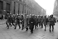 - crashs between young people of the radical groups of left and police in Duomo square (Milan, 1976)<br /> <br /> - scontri fra giovani dei gruppi di estrema sinistra e polizia in piazza del Duomo (Milano, 1976)