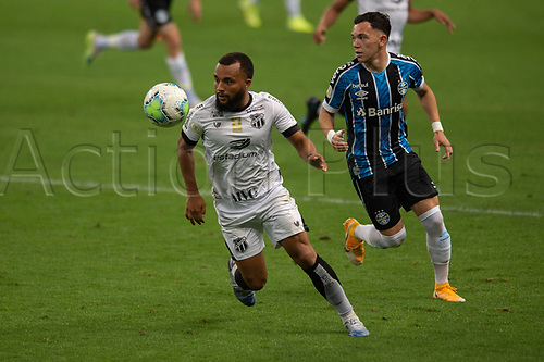 14th November 2020; Arena de Gremio, Porto Alegre, Brazil; Brazilian Serie A, Gremio versus Ceara; Pepe of Gremio beaten by the turn from Samuel Xavier of Ceara