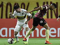 IBAGUE - COLOMBIA, 24-04-2019: Carlos Robles del Tolima disputa el balón con Nahitan Nandez de Boca durante partido por la ronda 4, grupo G, de la Copa CONMEBOL Libertadores 2019 entre Deportes Tolima de Colombia y Boca Juniors de Argentina jugado en el estadio Manuel Murillo Toro de la ciudad de Ibagué. / Carlos Robles of Tolima vies for the ball with Nahitan Nandez of Boca during match as part of round 4, group G, of Copa CONMEBOL Libertadores 2019 between Deportes Tolima of Colombia and Boca Juniors of Argentina played at Manuel Murillo Toro stadium in Ibague city. Photo: VizzorImage / Alejandro Rosales / Cont