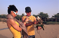 Bab al Shams, Jagdfalke, Touristen, Dubai, Vereinigte arabische Emirate (VAE, UAE)