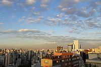 SÃO PAULO, SP, 02.06.2021 - CLIMA-SP - Final de tarde com nuvens esparsas e temperatura amena, com destaque para a camada de poluição podendo ser vista no horizonte, na região central de São Paulo, nesta quarta-feira, 2. (Foto Charles Sholl/Brazil Photo Press/Folhapress)