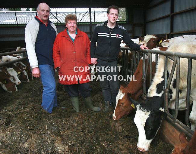 Rhewden 230207 vlnr gerrit,Hilda en Remco Middelkamp tussen hun koeien<br /> Foto Frans Ypma APA-foto