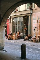 Europe/France/Languedoc-Roussillon/30/Gard/Uzès: Détail vieille boutique d'antiquités-brocante près de la place aux Herbes