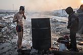 Ein Geflüchteter wäscht sich neben den Baracken, da es in dem inoffiziellen Camp keine Sanitäranlagen gibt. // Belgrad, Serbien - 22.01.2017 - Ungefähr 10000 Geflüchtete sitzen in Serbien fest. Durch die Schließung der Balkanroute können sie ihr Ziel nicht erreichen und sind auf die Grenzöffnung oder Schlepper angewiesen. Schlepper versprechen ihnen sie nach Kroatien oder Ungarn zu bringen und wollen dafür mehrere tausend Euro. Meist ist das erfolglos. Einige hundert Geflüchtete wohnen in Baracken am Belgrader Hauptbahnhof unter schlechten Bedingungen. Andere sind in Camps untergebracht.