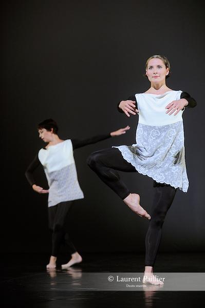 ANTIC MEET....Adaptateur : NEELS Sandra SWINSTON Robert..Choregraphie : CUNNINGHAM Merce..Mise en scene : CUNNINGHAM Merce..Compositeur : CAGE John..Compagnie : Merce Cunningham Dance Company..Decor : RAUSCHENBERG Robert..Lumiere : CHALLENBERG Christine..Costumes : RAUSCHENBERG Robert..Avec :..MUNNERLYN Marcie..WEBER Andrea..Lieu : Theatre de la Ville..Cadre : Festival d Automne 2010..Ville : Paris..Le : 03 11 2010..© Laurent PAILLIER / photosdedanse.com..All Right reserved