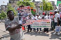 Kundgebung fuer die Unabhaengigkeit von Biafra am 30. Mai 2016 vor dem Reichstag in Berlin. Die Demonstranten erinnerten in Redebeitraegen und auf Transparenten an die 3,5 Millionen Toten durch die Nigerianische Regierung zwischen 1967 und 1970 und beklagten die andauernden Repressionen und Morde durch die Regierung. Sie forderten die Unabhaengigkeit von Nigeria und ein Ende der Ausbeutung ihres Landes durch internationale Konzerne wie Shell und Chevron.<br /> 30.5.2016, Berlin<br /> Copyright: Christian-Ditsch.de<br /> [Inhaltsveraendernde Manipulation des Fotos nur nach ausdruecklicher Genehmigung des Fotografen. Vereinbarungen ueber Abtretung von Persoenlichkeitsrechten/Model Release der abgebildeten Person/Personen liegen nicht vor. NO MODEL RELEASE! Nur fuer Redaktionelle Zwecke. Don't publish without copyright Christian-Ditsch.de, Veroeffentlichung nur mit Fotografennennung, sowie gegen Honorar, MwSt. und Beleg. Konto: I N G - D i B a, IBAN DE58500105175400192269, BIC INGDDEFFXXX, Kontakt: post@christian-ditsch.de<br /> Bei der Bearbeitung der Dateiinformationen darf die Urheberkennzeichnung in den EXIF- und  IPTC-Daten nicht entfernt werden, diese sind in digitalen Medien nach §95c UrhG rechtlich geschuetzt. Der Urhebervermerk wird gemaess §13 UrhG verlangt.]