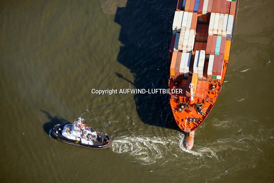Containerschiff Montreal Express der Hapag Lloyd wird auf der Süderelbe vom Schlepper VB Bremen gewendet: EUROPA, DEUTSCHLAND, HAMBURG, (EUROPE, GERMANY), 13.10.2018: Containerschiff Montreal Express der Hapag Lloyd auf der Süderelbe im Wendekreis des Köhlbrands vor Altenwerder. Das Schiff muss in der Süderelbe durch Schlepper gedreht werden um anzulegen.