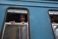 finestrino di un treno di migranti che traversa la Serbia  train of migrants traveling through Serbia