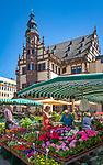 Germany, Bavaria, Lower Franconia, Schweinfurt: farmer's market and city hall on market square | Deutschland, Bayern, Unterfranken, Schweinfurt: Wochenmarkt auf dem Marktplatz mit Rathaus