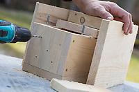 Selbstgebaute Holz-Nistkästen, Nistkasten für Vögel aus Holz, Vogelkasten, Meisenkasten selber bauen, selbst bauen, Basteln, Bastelei. Schritt 10: in die Bodenplatte des Nistkastens werden Löcher gebohrt, um eine Belüftung und den Abzug von Feuchtigkeit zu gewährleisten