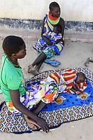 KENYA Turkana, Lodwar, village Kaitese, health station, mother and children are waiting outside for treatment / KENIA, Turkana tribe, Save the children unterstuetzen Frauen bei Ernaehrungssicherung, Gesundheit und Drought Resilience, Gesundheitsstation, Mutter KInd Untersuchung
