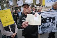 """Demonstration gegen die geplante Rentenberechnung fuer ehemalige DDR-Buerger, die vor dem Mauerfall in den Westen uebergesiedelt sind. Die Demonstrationsteilnehmer befuerchten mit der geplanten Rentenberechnung eine Schlechterstellung ihrer Rentenansprueche.<br /> Die Demonstranten zogen vom Arbeitsministerium zum Finanzminsterium und weiter zum Bundeskanzleramt.<br /> Im Bild: Ein Demonstrant haelt einen """"Wegweiser fuer Uebersiedler aus der DDR"""" in dem erklaert wird, dass ihre Rentenansprueche vollstaendig angerechnet werden. Herausgegeber der Broschuere war Wolfgang Schaeuble.<br /> 13.4.2016, Berlin<br /> Copyright: Christian-Ditsch.de<br /> [Inhaltsveraendernde Manipulation des Fotos nur nach ausdruecklicher Genehmigung des Fotografen. Vereinbarungen ueber Abtretung von Persoenlichkeitsrechten/Model Release der abgebildeten Person/Personen liegen nicht vor. NO MODEL RELEASE! Nur fuer Redaktionelle Zwecke. Don't publish without copyright Christian-Ditsch.de, Veroeffentlichung nur mit Fotografennennung, sowie gegen Honorar, MwSt. und Beleg. Konto: I N G - D i B a, IBAN DE58500105175400192269, BIC INGDDEFFXXX, Kontakt: post@christian-ditsch.de<br /> Bei der Bearbeitung der Dateiinformationen darf die Urheberkennzeichnung in den EXIF- und  IPTC-Daten nicht entfernt werden, diese sind in digitalen Medien nach §95c UrhG rechtlich geschuetzt. Der Urhebervermerk wird gemaess §13 UrhG verlangt.]"""