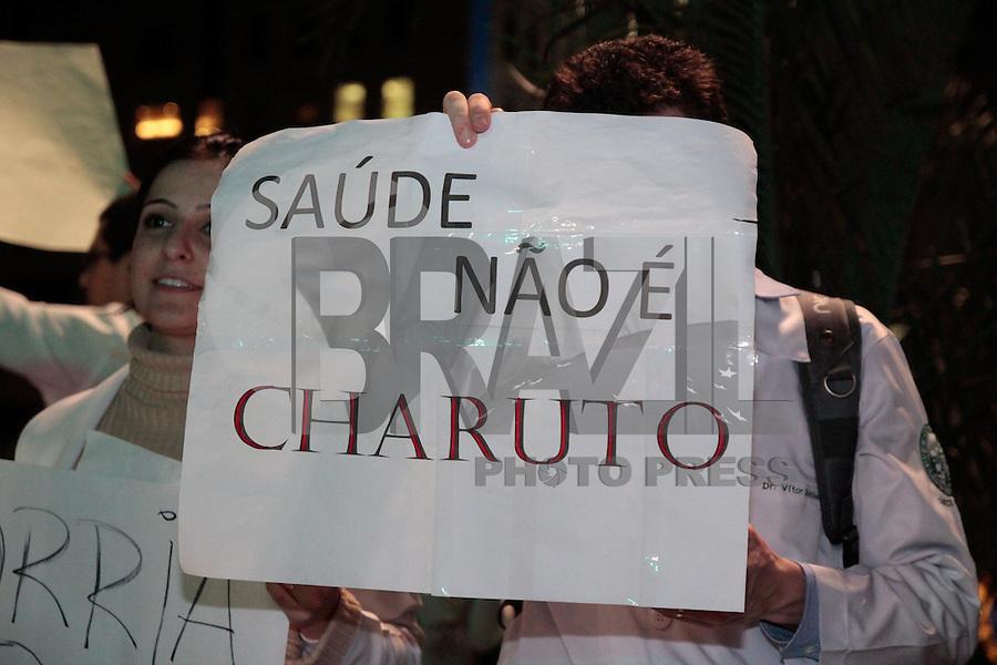 SÃO PAULO, SP - 03.07.2013: MANIFESTAÇÃO MÉDICOS SP - Médicos fecham a Av Paulista contra a vinda de médicos de Cuba, eles reicindicam melhores condições de trabalhos e hospitais na noite desta 4 feira (3) em São Paulo (Foto: Marcelo Brammer/Brazil Photo Press)