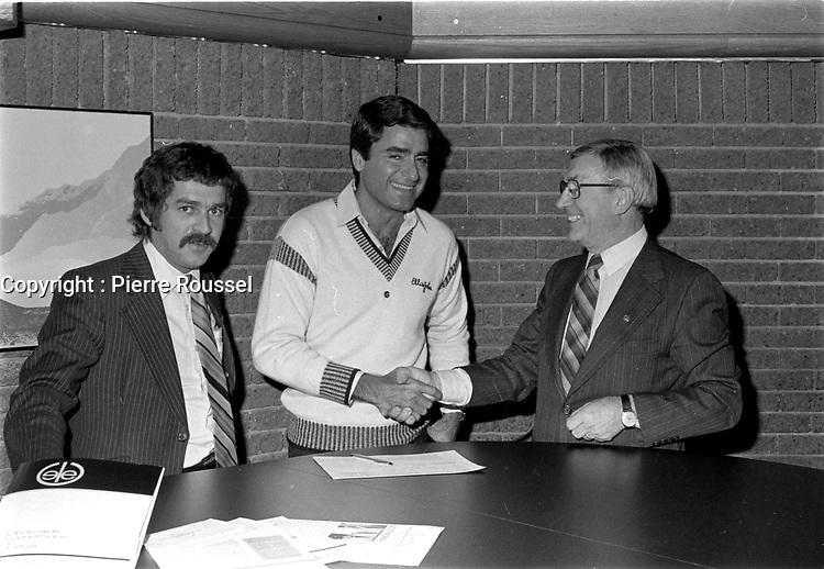 Michel Louvain et le propriétaire du cabaret chez Gerard, Gerard Thibault<br /> , vers 1980<br /> <br /> Photographe : Jacques Thibault<br /> <br /> - Agence Quebec Presse