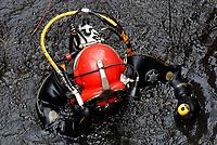 Berufstaucher: EUROPA, DEUTSCHLAND, HAMBURG, (EUROPE, GERMANY), 09.04.2013 Berufstaucher bei Arbeiten in Hamburger Gewaesser. Eine Kaimauer muss abgerissen werden. Vorher sind die alten Fundamente unter Wasser zu suchen und zu markieren und zu vermessen um sie zu kartieren.