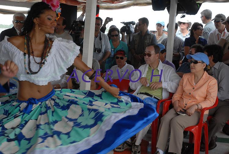 O secretário geral da ONU Ban Ki Moon, assiste a apresentação de grupos regionais de dança acompanhado da governadora do estado Ana Júlia Carepa  durante viagem de barco a região das ilhas.<br /> <br /> <br /> Belém Pará Brasil<br /> 13/11/2007<br /> Foto Paulo Santos/Interfoto