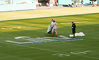 Groundcrew bereitet die Logos auf dem Feld vor im Innenraum des Hard Rock Stadium bei den Vorbereitungen auf den Super Bowl LIV am 2. Februar zwischen den Kansas City Chiefs und San Francisco 49ers - 22.01.2020: SB LIV im Hard Rock Stadium Miami