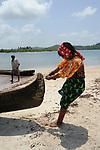 Indígenas guna / mujer varando un cayuco en la comarca de Guna Yala, Panamá.<br /> <br /> Guna indians / woman stranding a bark in Guna Yala region, Panama.