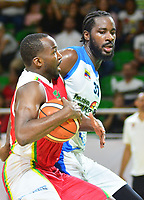BARRANQUILLA- COLOMBIA, 24-11-2018: Troy Jones (Izq.) jugador de Titanes  de Barranquilla  en acción contra Tremaine Johnson (Der.) jugador de  Warriors de San Andrés Islas,Warriors de San Andrés derrotaron a Titanes de Barranquilla, 87-84, en el juego número cuatro de la final de LCBP 2018. El partido se jugó en el estadio Elías Chewing de la arenosa. El triunfo de los isleños igualó la serie a dos. El quinto y definitivo juego se jugará en la isla en el próximo lunes./Troy Jones  (L) player of Titanes of  Barranquilla in action against of  Tremaine Johnson  (R) player  of San Andres Islas , Warriors of San Andres defeated Titanes de Barranquilla, 87-84, in game number four of the LCBP 2018 final. The game was played at the Elías Chewing  stadium. The triumph of the islanders equaled the series to two. The fifth and final game will be played on the island next Monday. Photo: VizzorImage / Alfonso Cervantes / Contribuidor