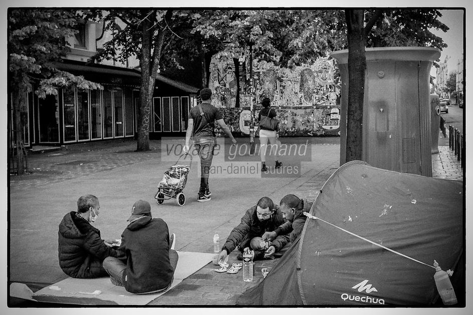 Europe / Ile de France / 75011/Paris : SDF , Bivouac Urbain , devant le Mur Oberkampf , Haut lieu du  Street Art // Europe / Ile de France / 75011 / Paris: SDF, Bivouac Urbain, in front of the Oberkampf Wall, High place of Street Art