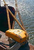 Festmacher mit zwei Tampen: EUROPA, DEUTSCHLAND, HAMBURG, (EUROPE, GERMANY), 27.03.2013:  Festmacher mit zwei Tampen im Hamburger Containerhafen