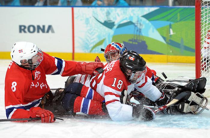 Billy Bridges, Vancouver 2010 - Para Ice Hockey // Para-hockey sure glace.<br /> Team Canada plays in Para Ice Hockey action // Équipe Canada jouer dans un match de para-hockey sur glace. 16/03/2010.