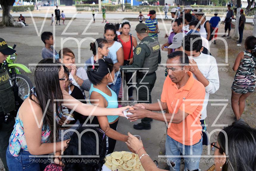 CUCUTA - COLOMBIA, 02-03-2019: Venezolanos reciben ayuda alimentaria después de pasar la frontera, por la trocha La Pampa, hacia Colombia hoy, 2 de marzo de 2019, huyendo de las dificiles condiciones en su país en donde el regimen de Nicolás Maduro disputa el poder con Juan Guaidó, presidente interino de Venezuela y reconocido por parte de la comunidad internacional. / Venezuelan people receive the food aid after crossing the border by the step walk La Pampa today, March 02, 2019, to Colombia leaving the bad conditions of their country where the Maduro's regimen dispute the power with Juan Guaido interim president and recognized by many international comunity . Photo: VizzorImage / Manuel Hernandez / Cont