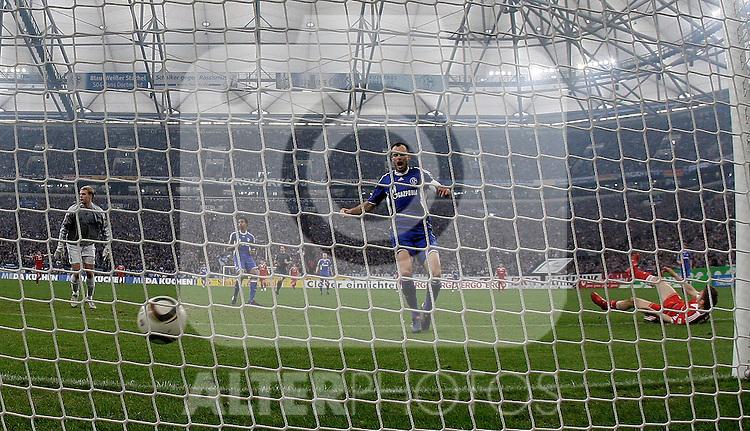 03.04.2010, Veltins Arena, Gelsenkirchen, GER, 1.FBL, Schalke 04 vs Bayern München (Muenchen), im Bild: Das Tor von Thomas Müller (Bayern München / Muenchen GER #25), rechts nach seinem Schuss am Boden. In der Mitte: Heiko Westermann (Schalke - GER #2), links: Torwart Manuel Neuer (Schalke - GER #1), aufgenommen mit Remote / Hintertorkamera. Foto © nph / Scholz