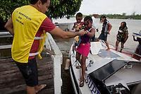 Eleições 2014.<br /> Ribeirinhos chegam de canoas, rabetas e barcos a 76 zona eleitoral na região das ilhas logo após a entrega das urnas por funcionários do TRE/Pará.<br /> Belém, Pará, Brasil.<br /> Foto Paulo Santos<br /> 05/10/2014
