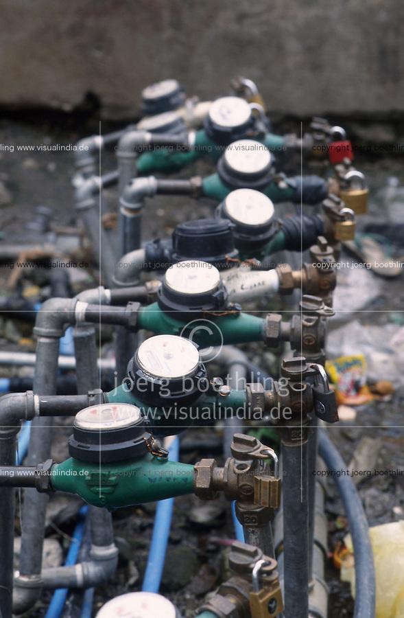 PHILIPPINES Manila, slum dweller in slum in Quezon city, water supply, water meter with lock/ PHILIPPINEN, Megacity Manila, Slumbewohner in Quezon City , Wasserversorgung, Wasserzähler mit Schloss