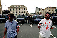 genova luglio 2001, proteste contro il g8. servizio d'ordine dei manifestanti e polizia --- genoa july 2001, protests against g8 summit. demonstrators' order service and police