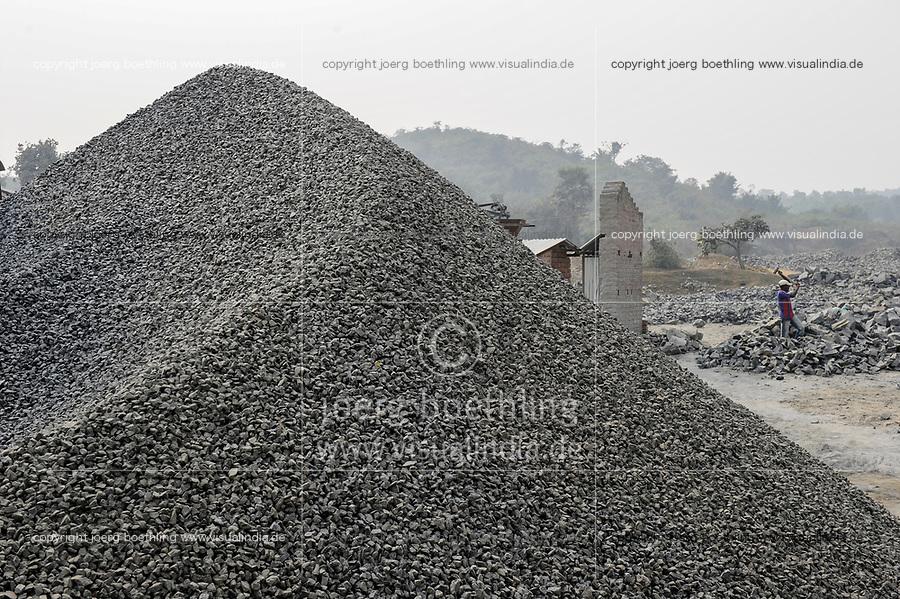 INDIA Westbengal, worker crush granite to gravel in stone quarry near Bankura