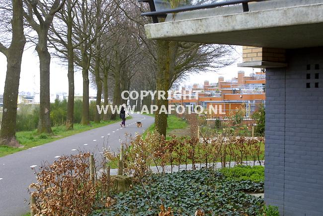 deventer 240401 vinexlokatie de vijfhoek<br />bestaande bomenlaan aan de vijfhoeksweg , het openbaar groen wordt door bewoners toch weer verkaveld.<br />foto frans ypma APA-foto