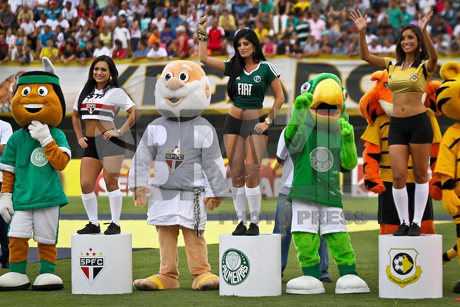 ATENÇÃO EDITOR: FOTO EMBARGADA PARA VEÍCULOS INTERNACIONAIS SÃO BERNARDO DO CAMPO,SP,19 JANEIRO 2013 - CAMPEONATO PAULISTA - SÃO BERNARDO x SANTOS -Mascotes dos clubes paulistas sao vistos ao lado da Taca  durante abertura oficial do Campeonato Paulista 2013 no Estadio 1º de Maio no ABC paulista na tarde de hoje (19). (FOTO: ALE VIANNA -BRAZIL PHOTO PRESS).