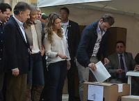 BOGOTÁ -COLOMBIA. 09-03-2014. Martín Santos, hijo del presidente Santos,  ejerce su derecho al voto durante las elecciones parlamentarias en Bogotá, Colombia, hoy 9 de marzo de 2014. Los colombianos elegirán por voto directo en las urnas 102 nuevos miembros del Senado de la República, 166 representantes a la Cámara de Representantes y 5 representantes al Parlamento Andino./ Martin Santos, son of president Santos, exerts his right to vote in the parliamentary elections in Bogota, Colombia, today March 9, 2014. Colombians will elect by direct vote at the polls 102 new members of the Senate, 166 representatives to the House of Representatives and five representatives to the Andean Parliament. Photo: VizzorImage/ Gabriel Aponte / Staff