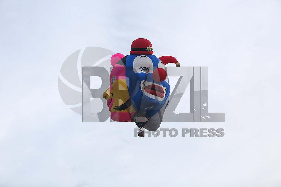 TORRES, RS, 03 DE MAIO 2013 - FESTIVAL INTERNACIONAL  DE BALONISMO - Competidores durante a quarta prova (Caça a Raposa) do Festival Internacional de Balonismo, em Torres, litoral norte do Rio Grande do Sul, na tarde desta sexta-feira, 03. O evento reunirá pilotos de vários lugares do mundo como Argentina, Peru, Austrália, França e Reino Unido e segue até domingo (5).(FOTO: WILLIAM VOLCOV / BRAZIL PHOTO PRESS).
