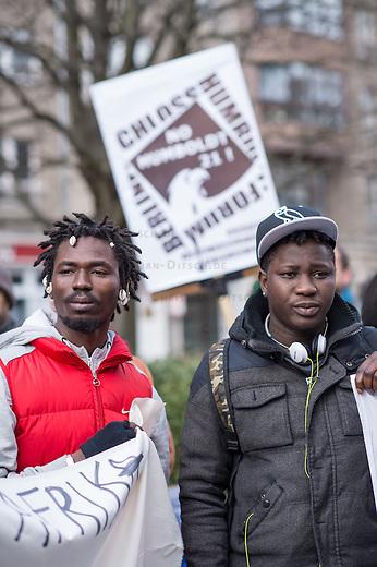 """Etwa 200 bis 250 Menschen beteiligten sich am Samstag den 28. Februar 2015 zum Jahrestag der sog. """"Berliner Afrika-Konferenz"""" an einem Gedenkmarsch in Erinnerung an die Opfer des Kolonialismus, des Sklavenhandels und der Ausbeutung Afrkias durch die Europaeischen Staaten. Sie forderten eine Entschuldigung der Bundesregierung fuer die in deutschem Namen begangenen Verbrechen in den deutschen Afrika-Kolionien, eine Entschaedigung der Angehoerigen der Opfer und die sofortige Rueckgabe der aus Namibia verschleppten Schaedel von Anfuehrern des Volksgruppen der Nama und Herero.<br /> 28.2.2015, Berlin<br /> Copyright: Christian-Ditsch.de<br /> [Inhaltsveraendernde Manipulation des Fotos nur nach ausdruecklicher Genehmigung des Fotografen. Vereinbarungen ueber Abtretung von Persoenlichkeitsrechten/Model Release der abgebildeten Person/Personen liegen nicht vor. NO MODEL RELEASE! Nur fuer Redaktionelle Zwecke. Don't publish without copyright Christian-Ditsch.de, Veroeffentlichung nur mit Fotografennennung, sowie gegen Honorar, MwSt. und Beleg. Konto: I N G - D i B a, IBAN DE58500105175400192269, BIC INGDDEFFXXX, Kontakt: post@christian-ditsch.de<br /> Bei der Bearbeitung der Dateiinformationen darf die Urheberkennzeichnung in den EXIF- und  IPTC-Daten nicht entfernt werden, diese sind in digitalen Medien nach §95c UrhG rechtlich geschuetzt. Der Urhebervermerk wird gemaess §13 UrhG verlangt.]"""