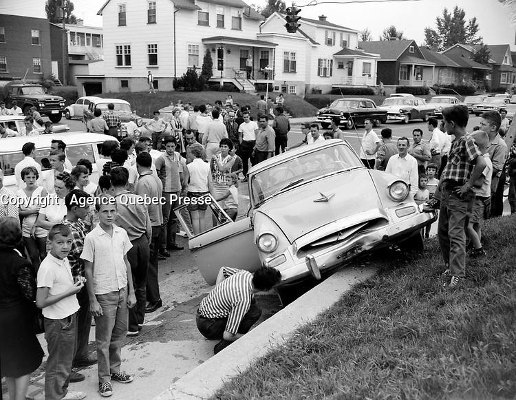 Sujet : Accident au coin de la 18è Rue et de la 8è Avenue à Limoilou, impliquant une Buick et une Studebaker<br /> Date : Août 1961<br /> <br /> Photographe : Photo Moderne - © Agence Québec Presse