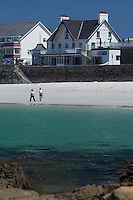 Royaume-Uni, îles Anglo-Normandes, île de Guernesey, Castel: Cobo Bay , plage et Restaurant Pub the Rockmount  // United Kingdom, Channel Islands, Guernsey island, Castel: Cobo Bay